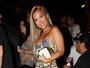 Carol Belli se empolga e curte show de rapper descalça