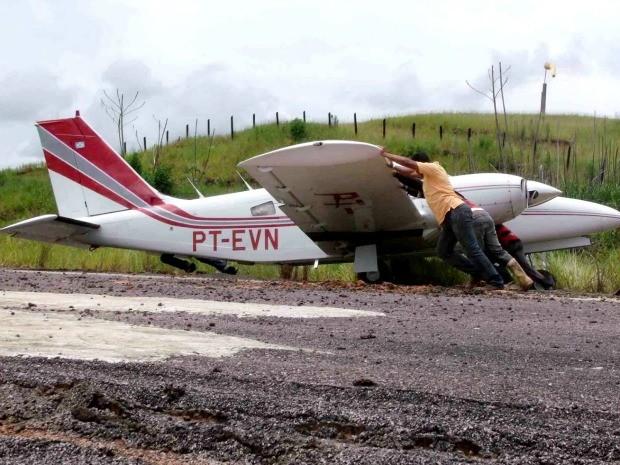 Avião fica atolado na pista de pouso do município de Jordão/AC (Foto: Kézio Araújo / Fala Jordão)