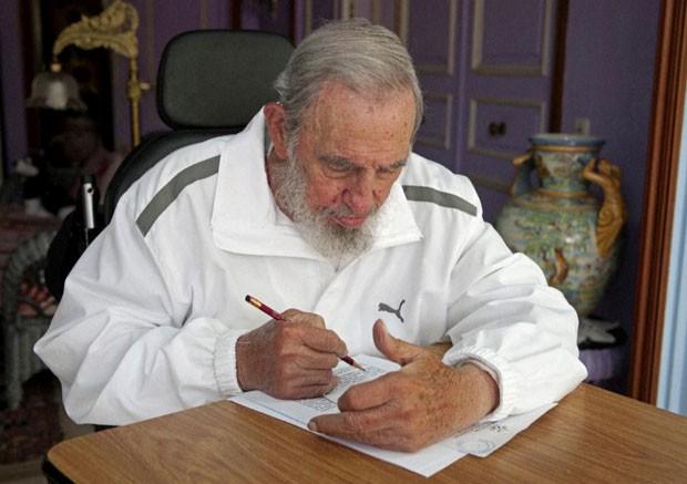O ex-presidente de Cuba Fidel Castro vota neste domingo (19) durante as eleições locais no país (Foto: AP)