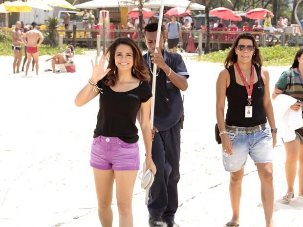 Nanda dá um tchauzinha nos intervalos de gravação (Foto: Salve Jorge/TV Globo)