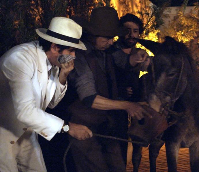 Ernesto e seus capangas sequestram Policarpo (Foto: TV Globo)