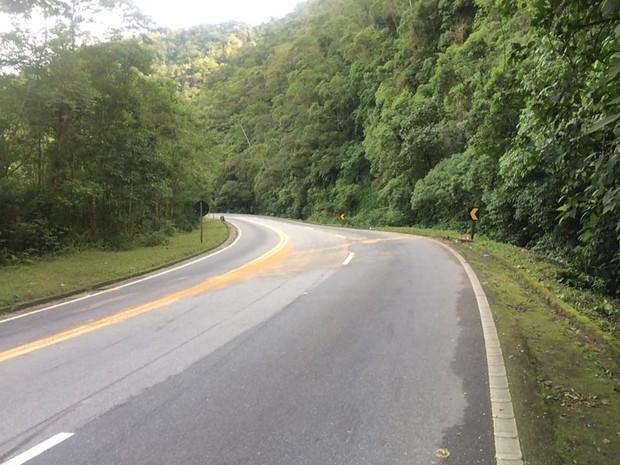 Ônibus tombou depois da curva na rodovia Mogi Bertioga (Foto: Solange Freitas / G1)
