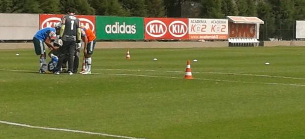 Valdivia sofre pancada no treino do Palmeiras (Foto: Gustavo Serbonchini/Globoesporte.com)