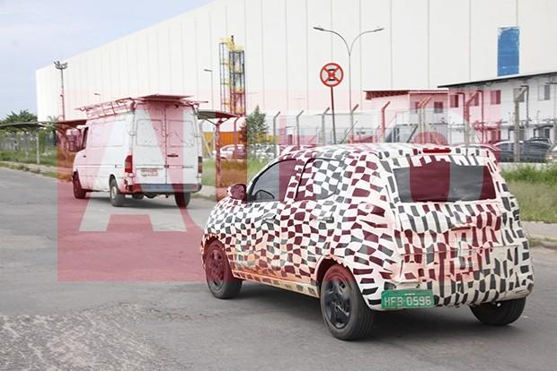 Traseira do Fiat Mobi investe em lanternas à meia altura (Foto: Marlos Ney Vidal/Autoesporte)