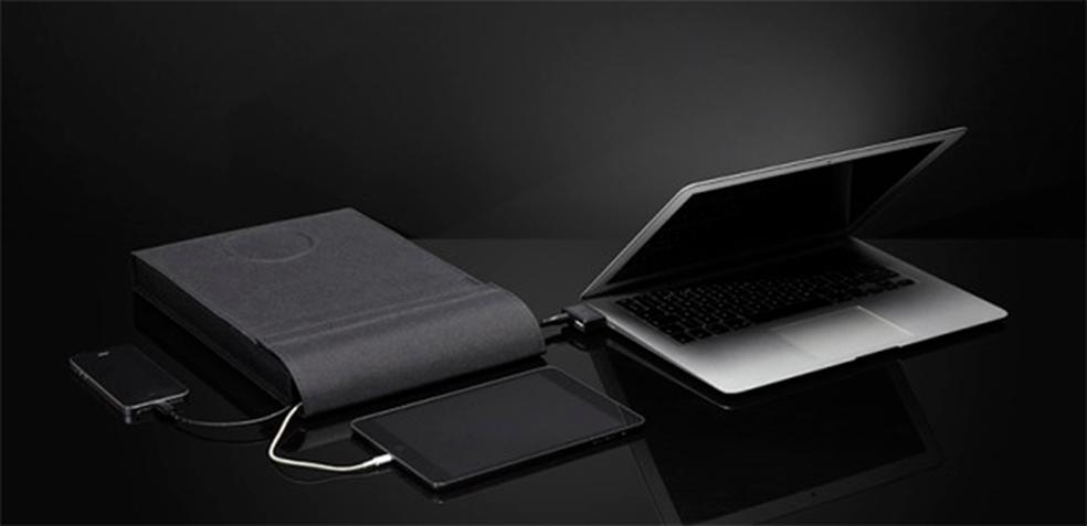 Com a capa, é possível proteger e carregar um laptop, tablet e celular, tudo ao mesmo tempo (Foto: Divulgação/ARROE)