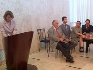 Elisa Costa, prefeita de Valadares, assinou a adesão ao programa nesta sexta-feira, em Belo Horizonte. (Foto: Divulgação/Secom)