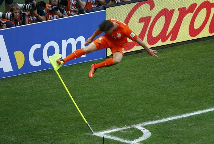 O holandês Huntelaar comemora seu gol contra o México