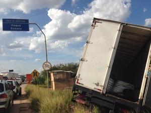 Caminhão foi abandonado na Avenida Mário Covas (Foto: Carolina Paes/G1)