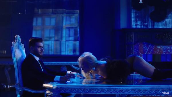 Britney Spears e o namorado no clipe em que se conheceram (Foto: Instagram)