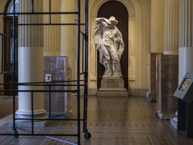 Saguão principal com andaime e caixas contendo parte do acervo embalado (Foto: Marcelo Brandt/G1)