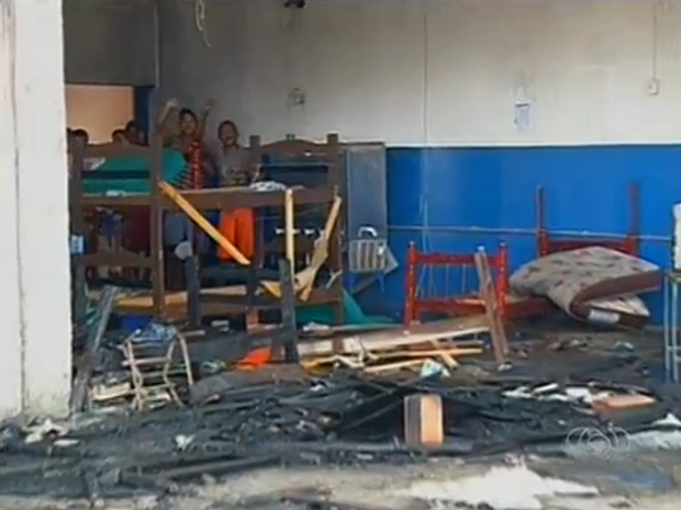 Camas e colchões ficaram destruídos pelo fogo (Foto: Reprodução/TV Anhanguera)