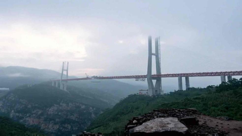 A ponte Beipanjiang, no sudoeste da China (Foto: Reprodução/BBC)