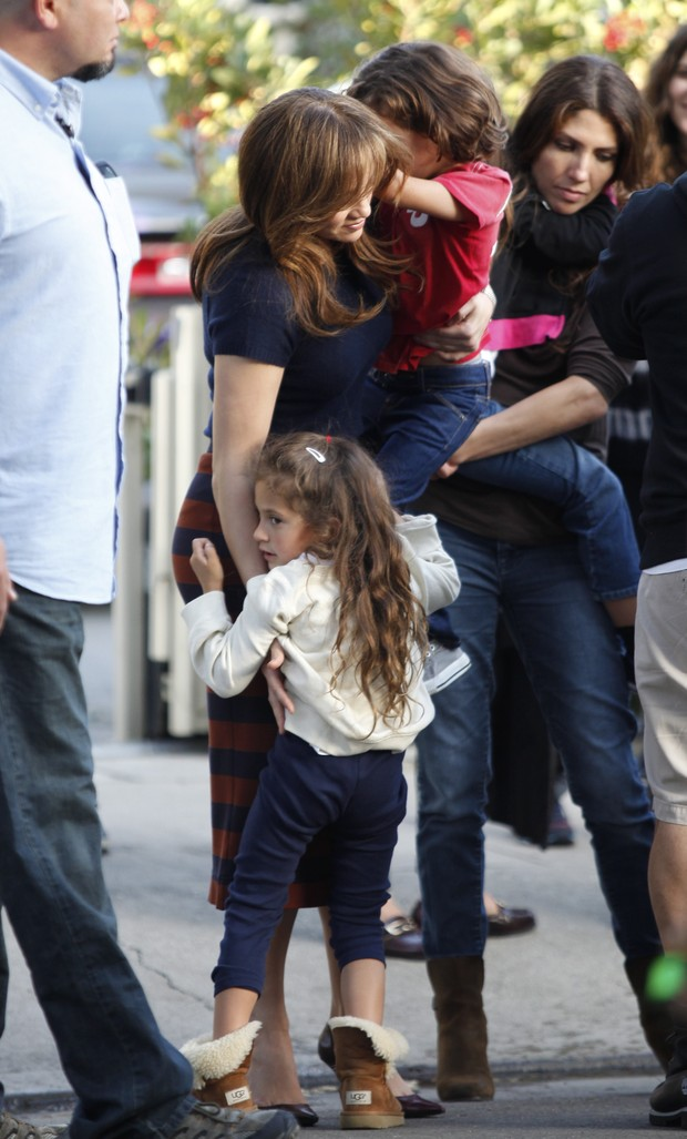 X17 - Jennifer Lopez com os filhos Emme e Max em bastidores de filmagem em Los Angeles, nos Estados Unidos (Foto: X17online/ Agência)