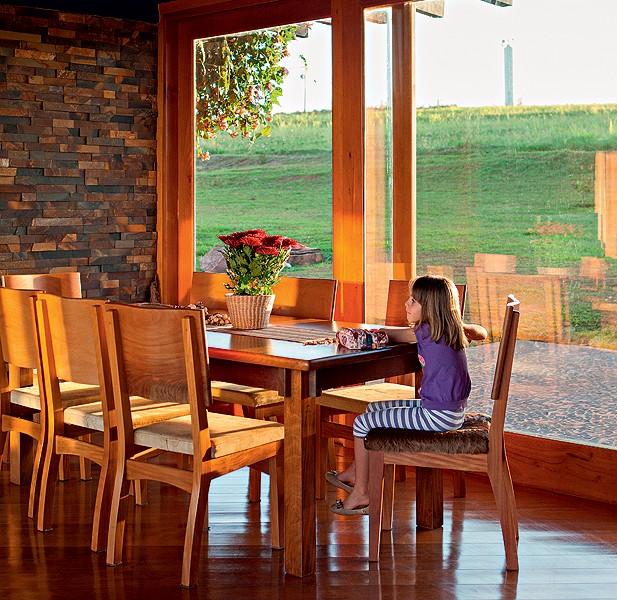 A sala de jantar assume outras funções em muitas casas, como na de Ana e Rafael Borges. A filha Joana, de 6 anos, usa a mesa com tampo de jacarandá para fazer os deveres da escola. As cadeiras são de bálsamo e mogno, com assento de couro de búfalo (Foto: Lufe Gomes/Casa e Jardim)