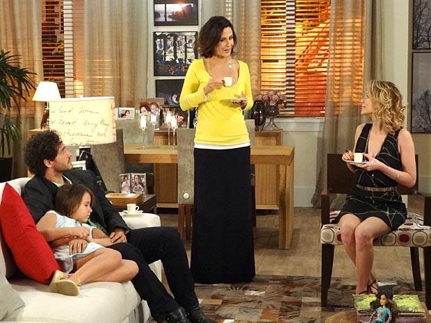 Bem diferente de antes, Manoela é pura simpatia com Juliana e Fábio (Foto: Guerra dos Sexos / TV Globo)