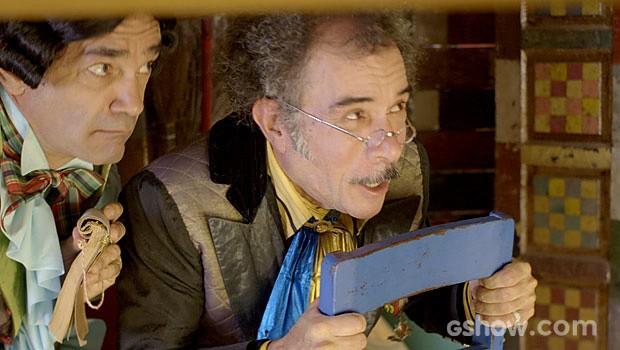 Que tensão! O Prefeito das Antas tenta se esconder (Foto: Meu Pedacinho de Chão/TV Globo)