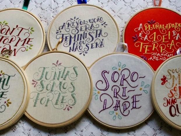 Segunda coleção foi lançada em parceria com hand lettering Adriana Schons (Foto: Nectarina - Bordados Subversivos/Divulgação)