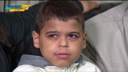 Menino de 10 anos tem doença rara e a cura depende de um transplante de medula