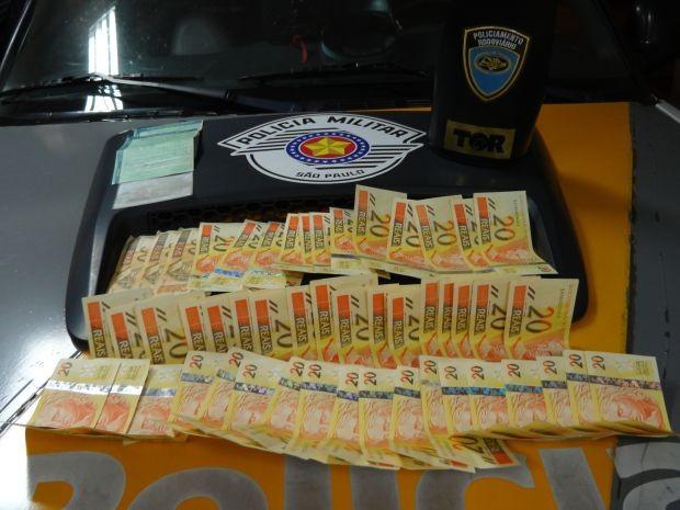 Polícia Rodoviária apreendeu mais de R$ 1 mil em notas falsas  (Foto: Divulgação/ Polícia Rodoviária)