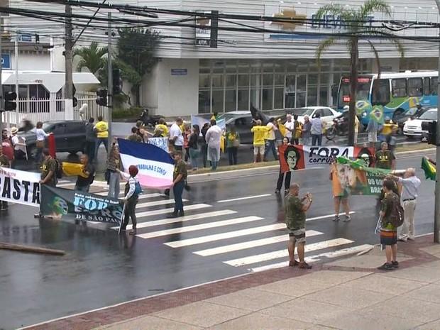 Manifestantes na Reta da Penha (Foto: Reprodução/ TV Gazeta)