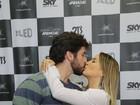 Claudia Leitte beija o marido em show na quadra da Mocidade