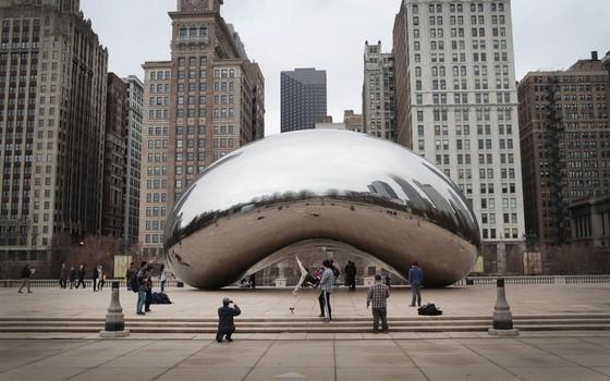 Visitantes no Millennium Park em Chicago. A cidade teve um clima ameno e ficou sem neve neste inverno (Foto: Crédito Scott Olson/Getty Images)