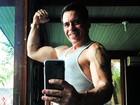 Leandro Hassum faz 'muque' e mostra o braço sarado: 'Vida nova'