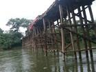 Carreta carregada com milho tomba em ponte de madeira em Mato Grosso