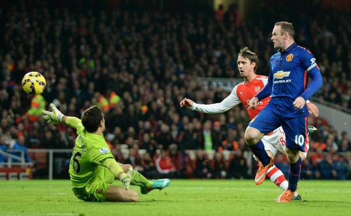 Wayne Rooney toca por cima de Martínez, Arsenal x Manchester United (Foto: Andy Rain / EFE)