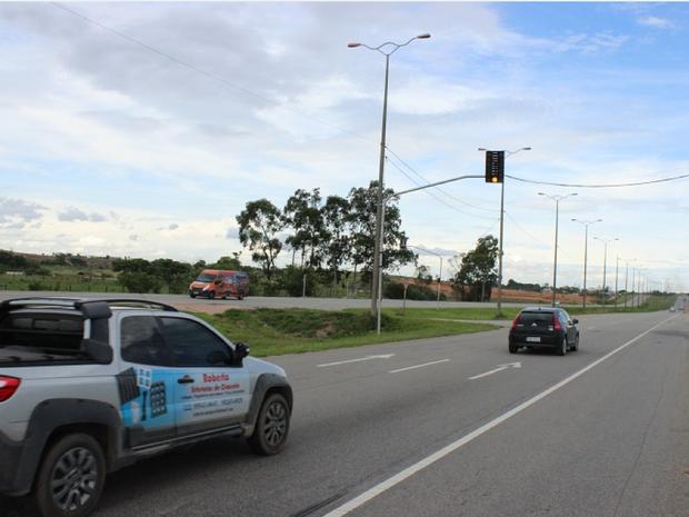 Semáforos foram posicionados na altura do condomínio Bosque Azul (Foto: Divulgação/ Ascom Macaé)