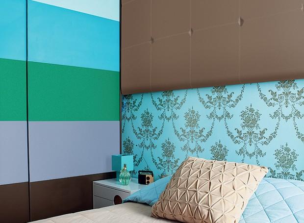No quarto da arquiteta Letícia Arcangeli, listras grossas foram combinadas com o papel de parede floral, com área retrô. O truque para a mistura foi o mesmo tom de azul nas duas estampas (Foto: Lufe Gomes/Casa e Jardim)