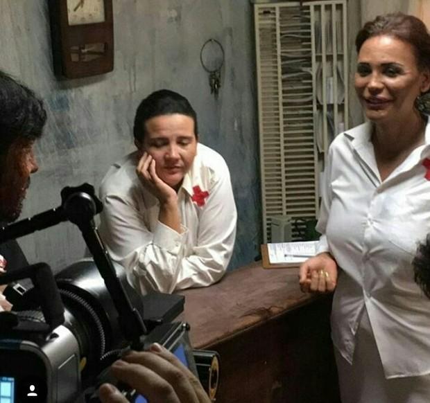 Ao lado de colegas de elenco, Luisa posa em bastidores de filme (Foto: Arquivo Pessoal)