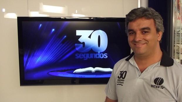 '30 Segundos de Português', com o professor Eliezer Guimarães, está na programação da Inter TV  (Foto: Henrique Corrêa/Inter TV)