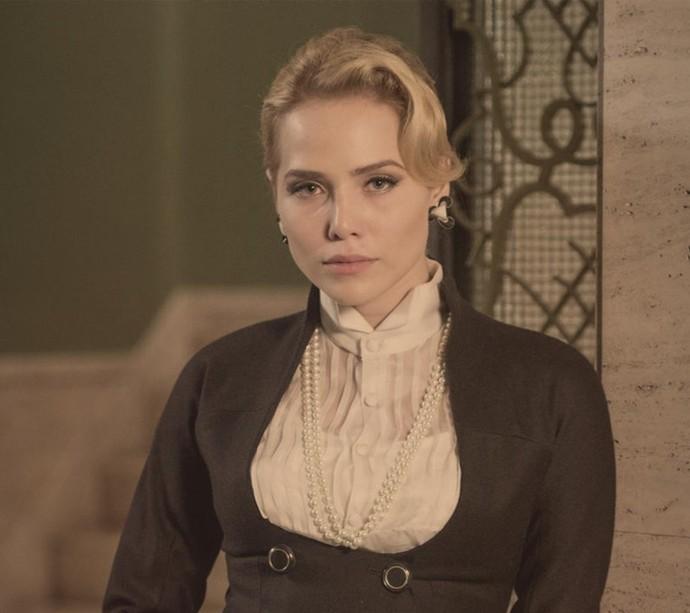 Julia é uma mulher forte e inteligente, que exerce grande influência sob o irmão. É noiva de Vitor, mas se envolve com Beatriz. (Foto: Globo/Estevam Avellar)