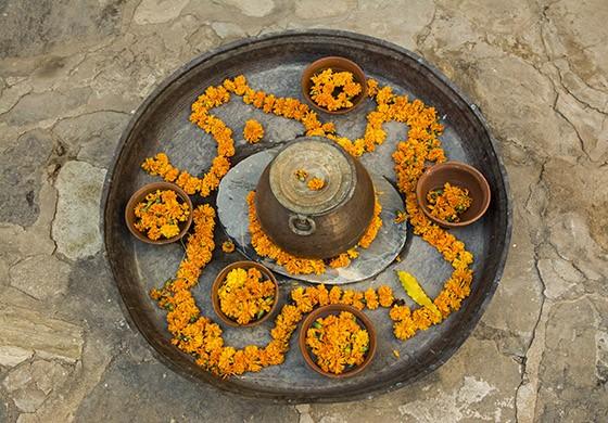 Uma das inúmeras oferendas de flores que embelezam os corredores do Castelo de Ghanerao  (Foto: © Haroldo Castro/ÉPOCA)