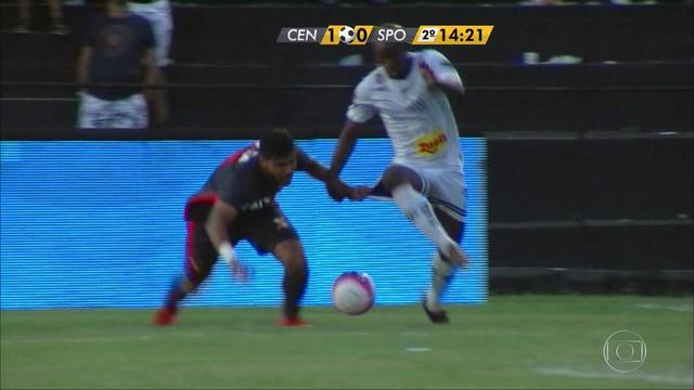<p>  O Sport até tinha melhorado no segundo tempo, apesar de continuar com problemas na criação das jogas. Mas o zagueiro Henríquez foi expulso logo aos 13 minutos e o Leão ficou com um a menos. Mesmo assim, conseguiu empatar.</p>