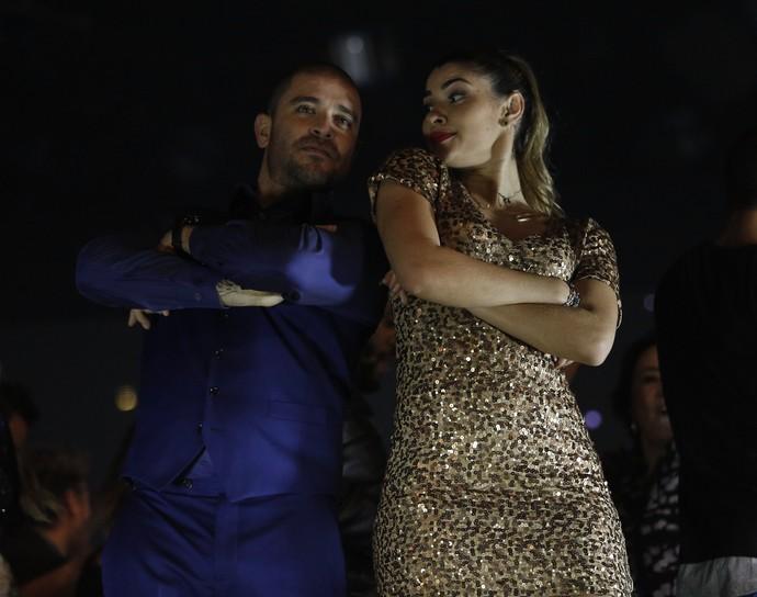 Diogo Nogueira tira onda com a bailarina Ana Paula Guedes (Foto: Raphael Dias / Gshow)