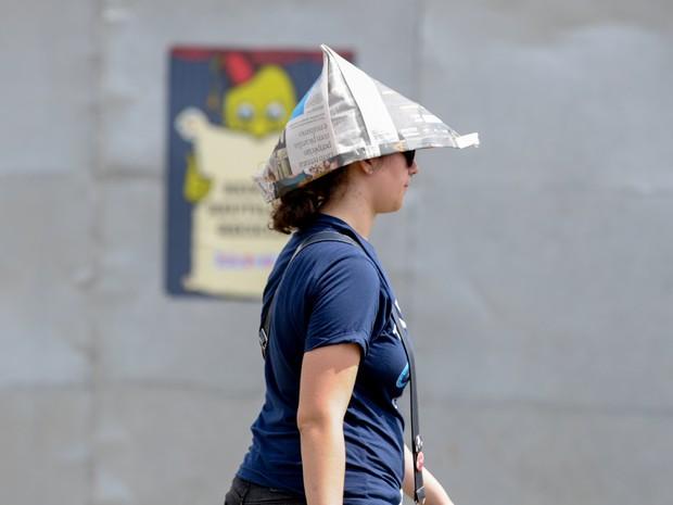 Público tenta se proteger do sol forte que faz no Jockey Club de SP (Foto: Flavio Moraes/G1)