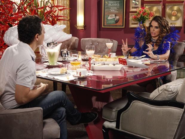 Cuidado, Empreguetes! Chayene mostra suas garras em entrevista a Gentil (Foto: Cheias de Charme / TV Globo)