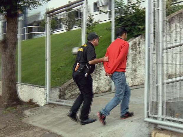 Detidos em operação foram levados para a sede da PF em Varginha (Foto: Reprodução EPTV)