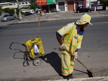 Gari varre avenida em Bairro Novo, Olinda (Foto: Luna Markman/ G1)