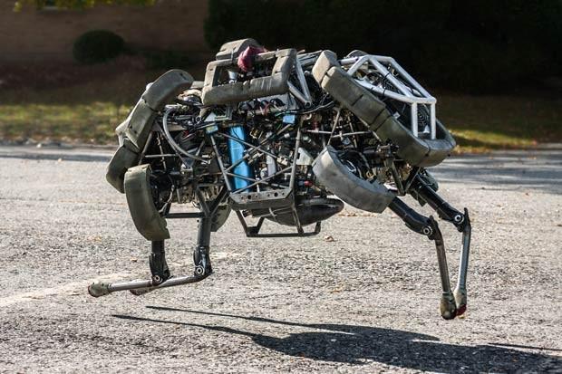 O robô WildCat, desenvolvido pela Boston Dynamics, atravessa um estacionamento em foto de sexta-feira (13) (Foto: Boston Dynamics via The New York Times)