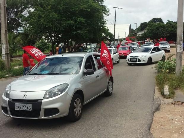 Manifestantes fazem carreta pelas ruas de Fortaleza em defesa do ex-presidente Lula (Foto: Gioras Xerez/G1)