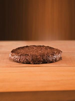 CARNE SINTÉTICA Uma amostra do hambúrguer do futuro. Aflições morais e ambientais estimulam seu desenvolvimento, num mundo em que a carne natural ficará mais cara (Foto: Dulla/ÉPOCA e Felipe Monteiro e Jairo Billafranca para Studio Bee Produções)