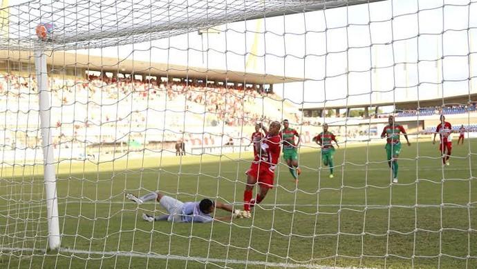 Denillson marca oo primeiro gol do CRB contra oo CEO (Foto: Ailton Cruz/ Gazeta de Alagoas)