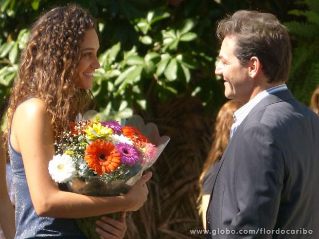Taís é surpreendida com um buquê de flores de Mantovani (Foto: Flor do Caribe / TV Globo)