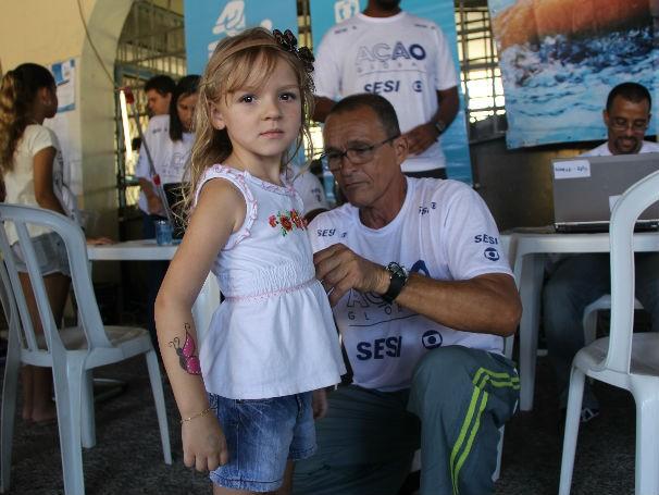 Crianças e adultos conferiram a massa corporal e a pressão arterial (Foto: Divulgação / Paula Gabrielle)