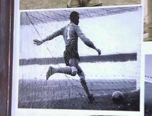 Exposição tem foto de Barbosa chutando a bola após gol de Giguia em 1950