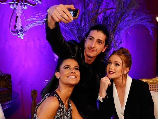 Arianne Botelho, Johnny Massaro e Marina Ruy Barbosa posam para selfie (Foto: Ellen Soares / Gshow)