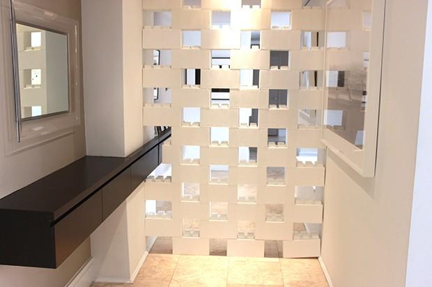 Com os blocos é bem simples criar uma divisória de ambientes no estilo cobogó, com aberturas para ventilação e passagem de luz (Foto: Divulgação)